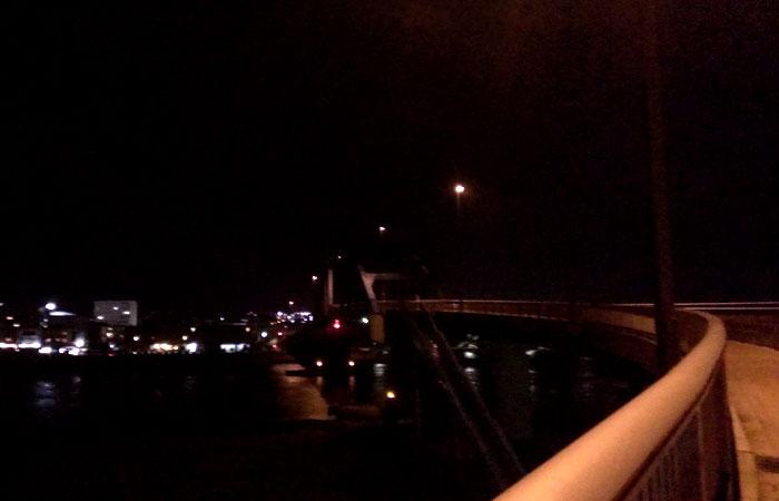 夜のサザンゲートブリッジ