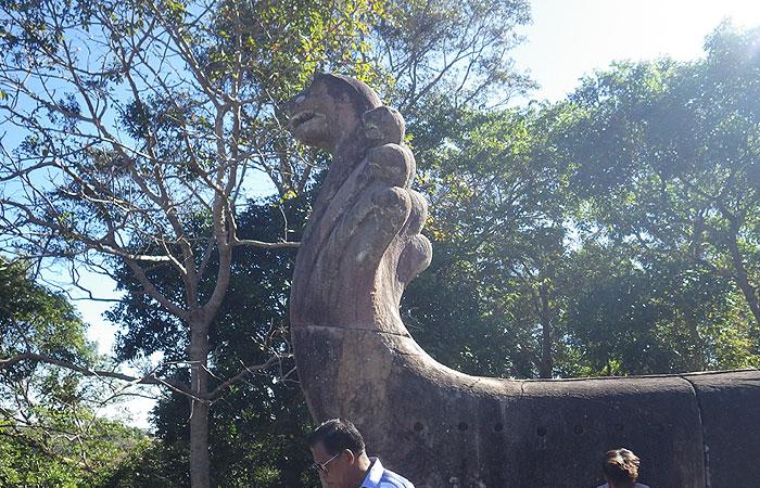 プレアビヒア ナーガ像